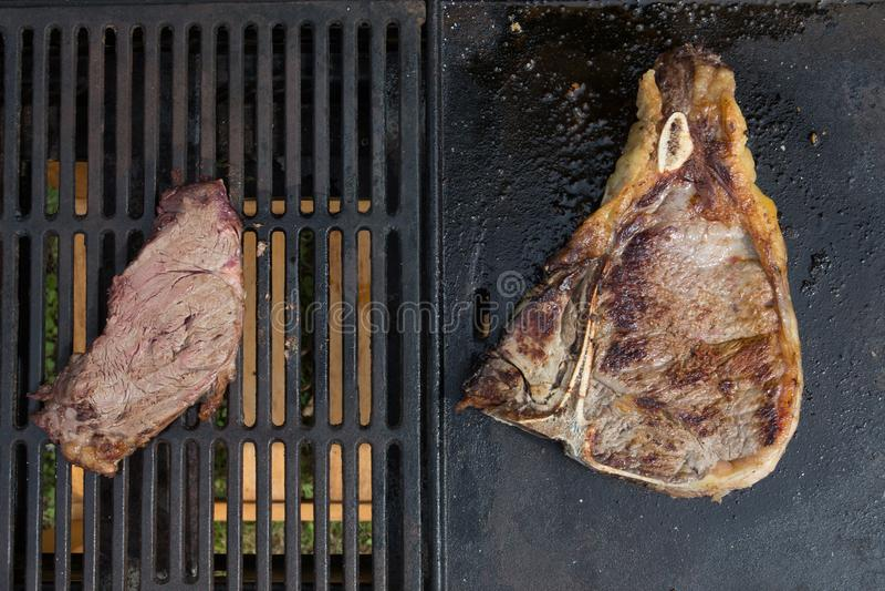 Mali stki versus duży wołowina stek na grilla pojęcia lage małym jak europejski amerykański karmowy łasowanie zdjęcie royalty free