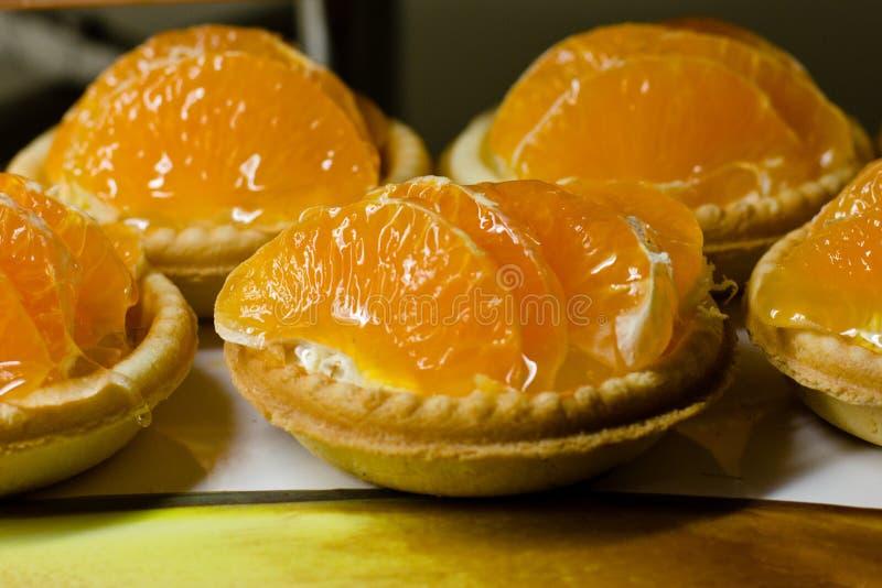 Mali tartlets z śmietanki i mandarynki plasterkami zdjęcie royalty free