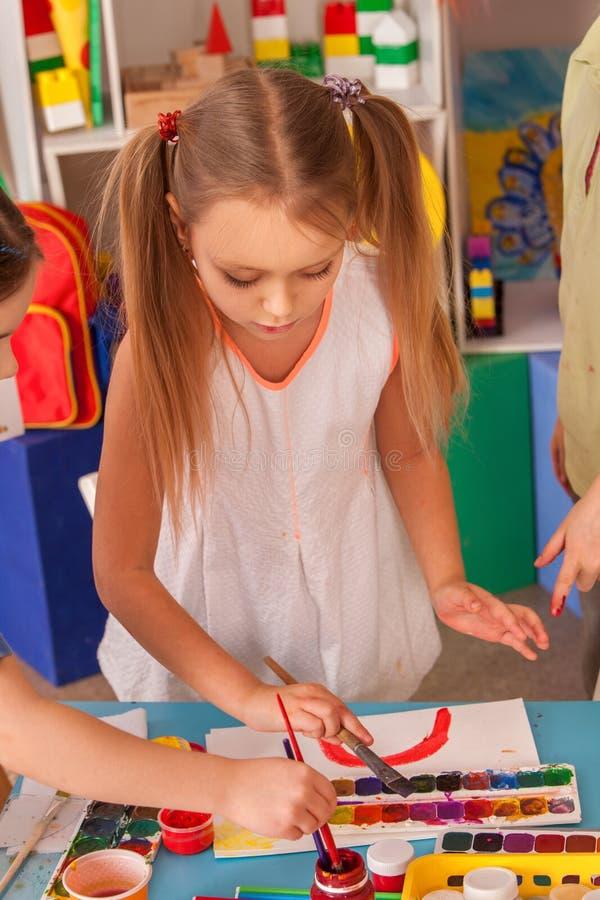 Mali uczni dzieci maluje w szkoły artystycznej klasie zdjęcia royalty free