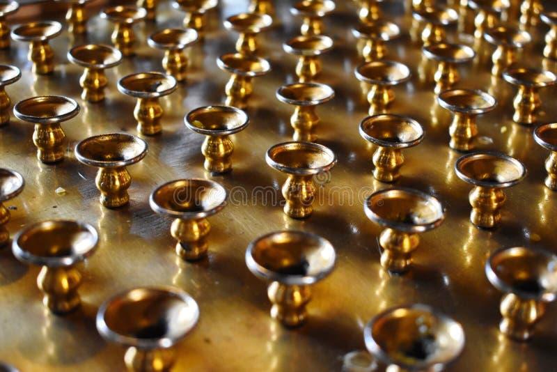 Mali złociści metali candlesticks obrazy stock