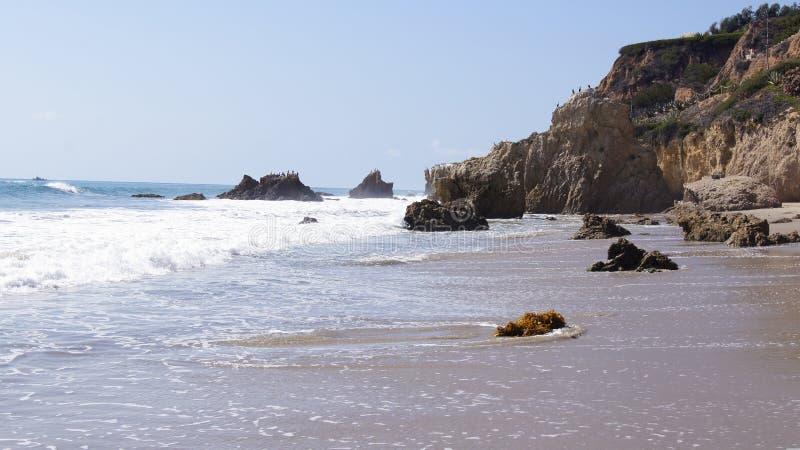 MALIBU, ΗΝΩΜΈΝΕΣ ΠΟΛΙΤΕΊΕΣ - 9 ΟΚΤΩΒΡΊΟΥ 2014: Όμορφη και ρομαντική κρατική παραλία EL ταυρομάχος σε νότια Καλιφόρνια στοκ εικόνες με δικαίωμα ελεύθερης χρήσης