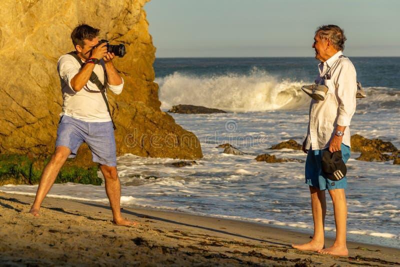 Malibu, Kalifornia, usa - LIPIEC 06, 2018, fotograf bierze fotografii sesji na oceanie przy El matadora plażą, Kalifornia obrazy stock