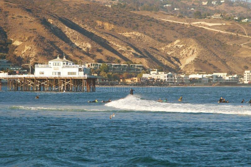Malibu, Kalifornia, usa - Wrzesień 2016: Surfujący ludzi przejażdżki na fala obrazy stock