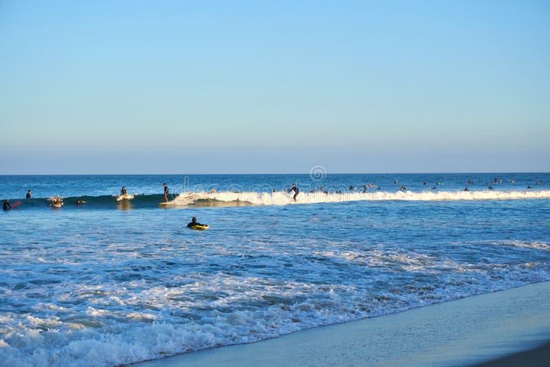 Malibu, Kalifornia, usa - Wrzesień 2016: Surfujący ludzi przejażdżki na fala fotografia stock