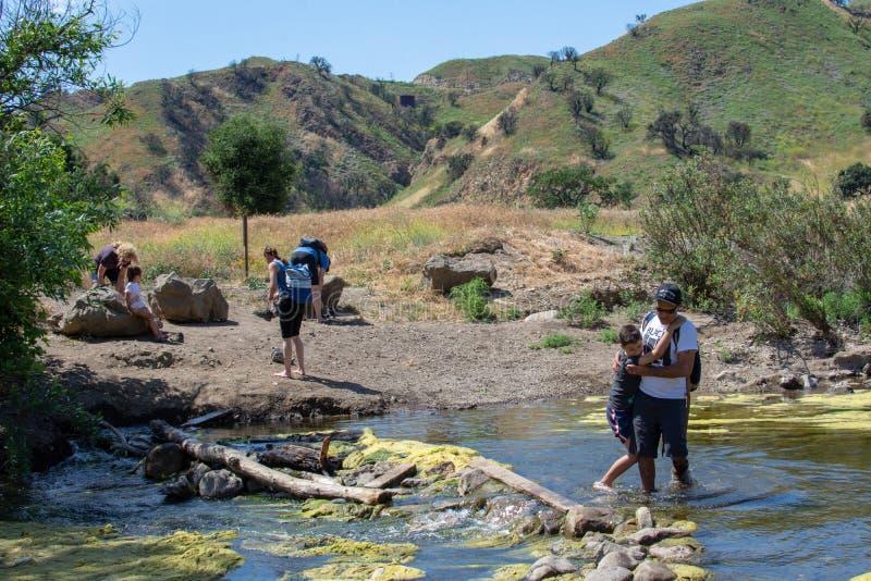 Malibu liten vikdelstatspark, CA F?renta staterna - Maj 5, 2019: Turister och fotvandrare p? den Malibu liten vikdelstatsparken i royaltyfri bild