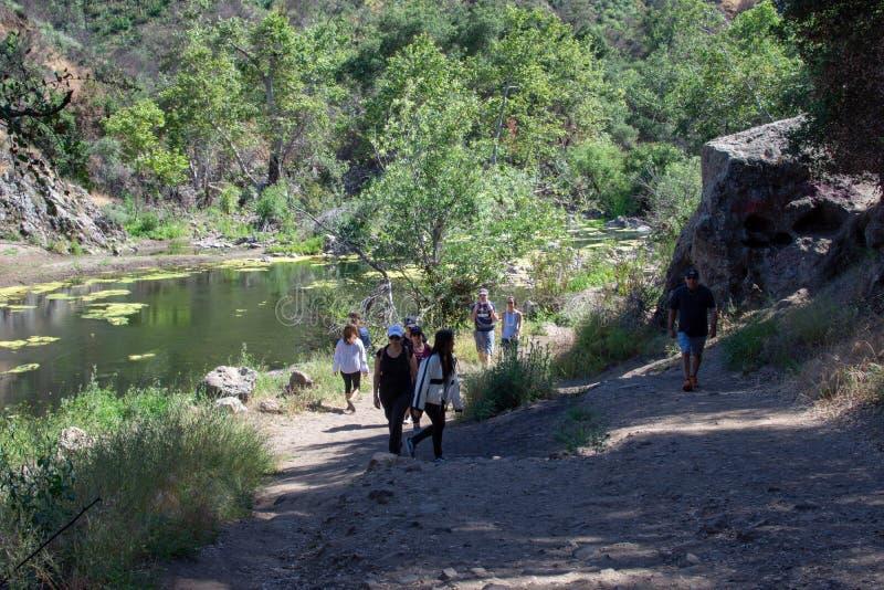 Malibu liten vikdelstatspark, CA F?renta staterna - Maj 5, 2019: Turister och fotvandrare p? den Malibu liten vikdelstatsparken i arkivbilder