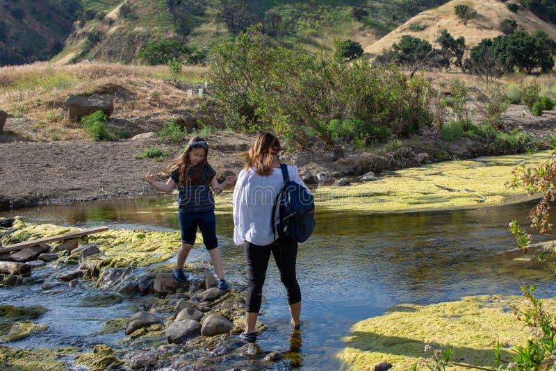 Malibu liten vikdelstatspark, CA F?renta staterna - Maj 5, 2019: Turister och fotvandrare p? den Malibu liten vikdelstatsparken i arkivbild