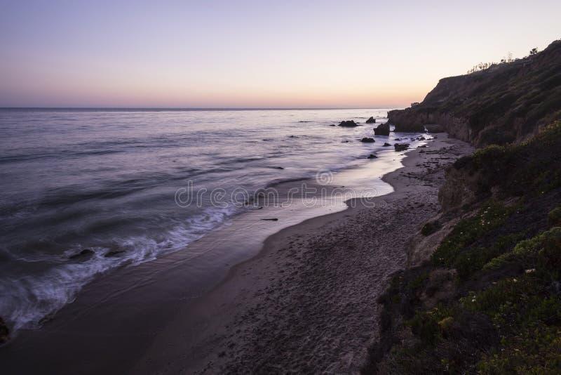 Malibu skymning på El-matador State Beach arkivbild