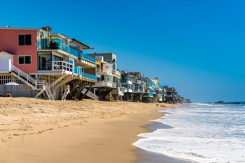 Malibu strandhus med vågor fotografering för bildbyråer