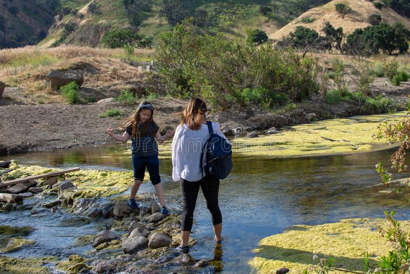 Malibu zatoczki stanu park CA Stany Zjednoczone, Maj 5, -, 2019: Tury?ci i wycieczkowicze przy Malibu zatoczki stanu parkiem w wi fotografia stock