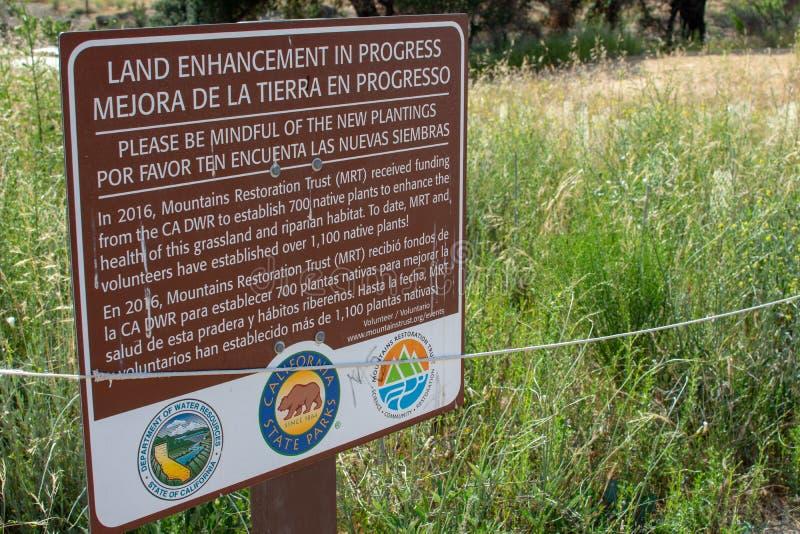 Malibu zatoczki stanu park - Maj 11, 2019: Znaki ochraniaj? odzyskuje ro?liny Malibu zatoczki stanu park w wio?nie i drzewa zdjęcie royalty free