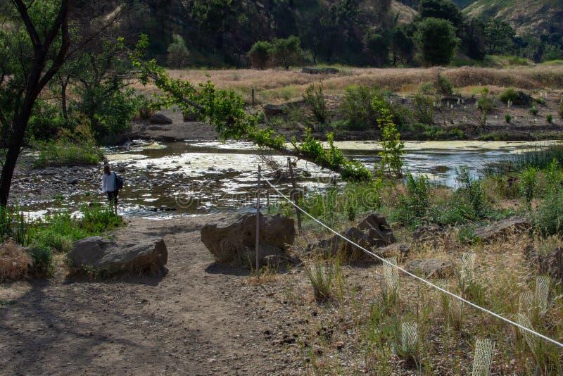 Malibu zatoczki stanu park - Maj 11, 2019: Znaki ochraniaj? odzyskuje ro?liny Malibu zatoczki stanu park w wio?nie i drzewa fotografia royalty free