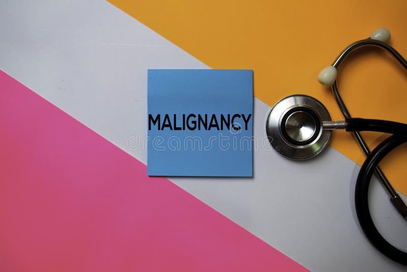Malignancy tekst na kleistych notatkach z koloru biurowym biurkiem Opieka zdrowotna, Medyczny poj?cie/ zdjęcia royalty free