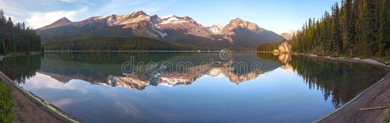 Maligne för sjö Jasper National Park Canadian Rocky för landskap vitt panorama- berg royaltyfria foton