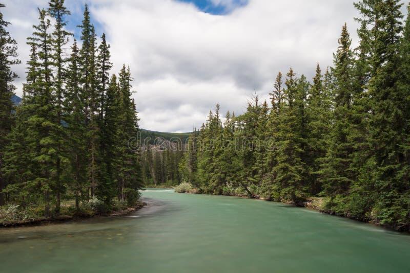 Maligne rzeka - Długa ujawnienie wersja zdjęcia stock