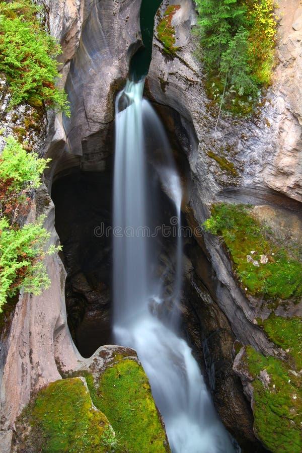 Maligne Schlucht-Wasserfall lizenzfreies stockbild