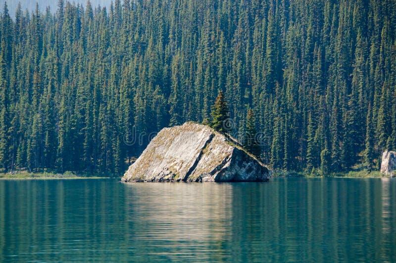 Maligne sjö i Jasper National Park royaltyfria bilder