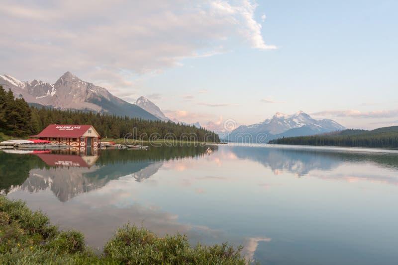 Maligne sjö i jaspisnationalparken, Alberta, Kanada - materiel fotografering för bildbyråer