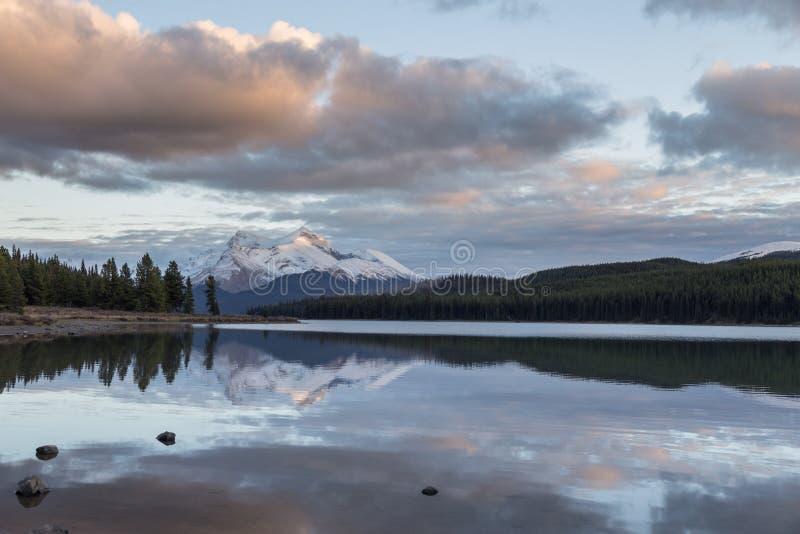 Maligneberg en Maligne-Meer in Jasper National Park, Alberta, Canada stock afbeeldingen