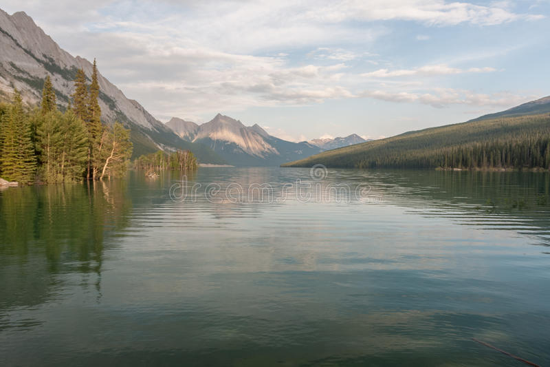 Malignemeer in Jaspis nationaal park, Alberta, Canada - Voorraad stock fotografie