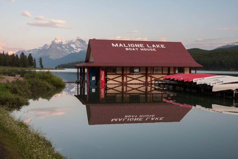 Malignemeer in Jaspis nationaal park, Alberta, Canada - Voorraad stock foto's