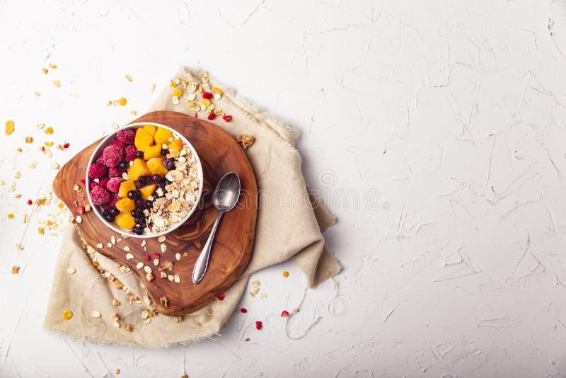 Malinki, mango i czarne jagody w pucharze, Zdrowy śniadaniowy pojęcie z jogurtem zdjęcia royalty free