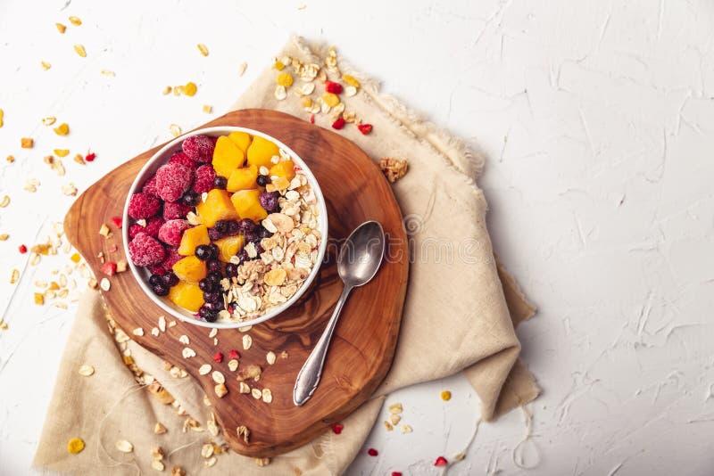 Malinki, mango i czarne jagody w pucharze, Zdrowy śniadaniowy pojęcie z jogurtem zdjęcie stock