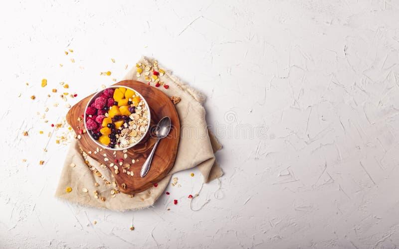 Malinki, mango i czarne jagody w pucharze, Zdrowy śniadaniowy pojęcie z jogurtem fotografia royalty free