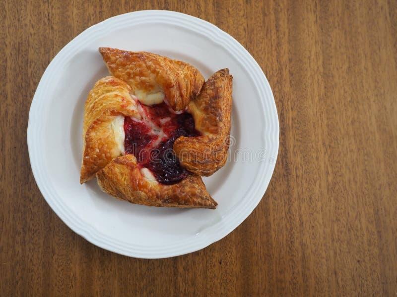 Malinowego i Kremowego sera Pinwheel ciasto na bielu talerzu fotografia stock