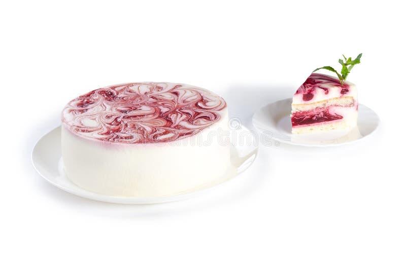 Malinowy śmietanka tort odizolowywający na białym tle zdjęcia stock