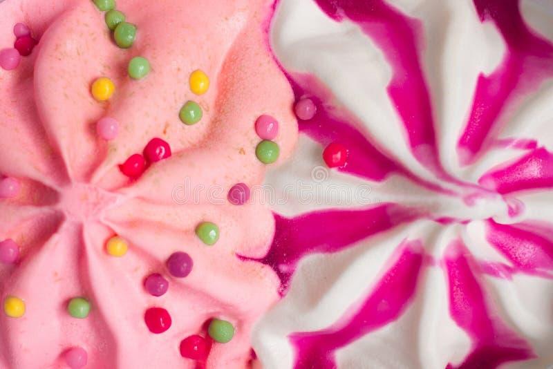 malinowy i truskawkowy lody z syropem na drewnianym stole, lato nastrój, przekąska obrazy royalty free