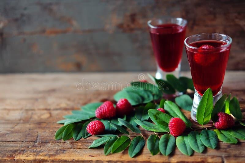 Malinowy owocowy ajerkoniak w dwa strzałów szkłach z jagodami i gre obrazy royalty free