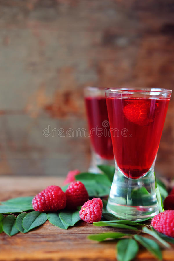 Malinowy owocowy ajerkoniak w dwa strzałów szkłach z jagodami i gre fotografia stock