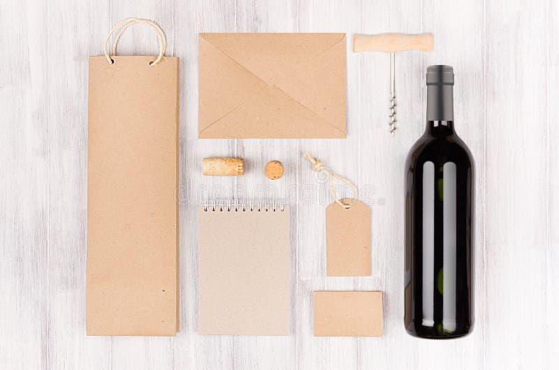 Mall för företags identitet för vinbransch, mellanrum bruna kraft som förpackar, brevpapper, varoruppsättning med flaskrött vin p fotografering för bildbyråer