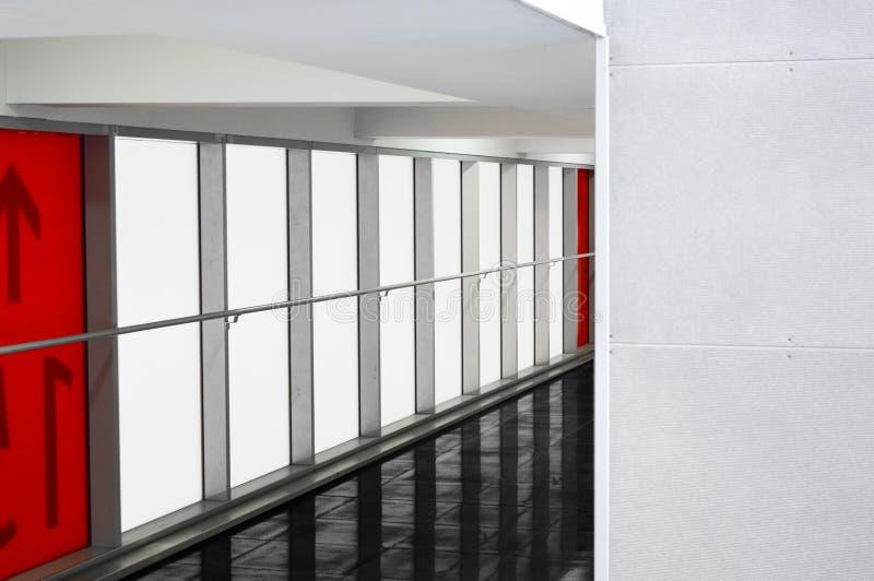 Mall oder Geschäftszentrumbereich mit minimalistic rotem weißem Schwarzem I stockbild