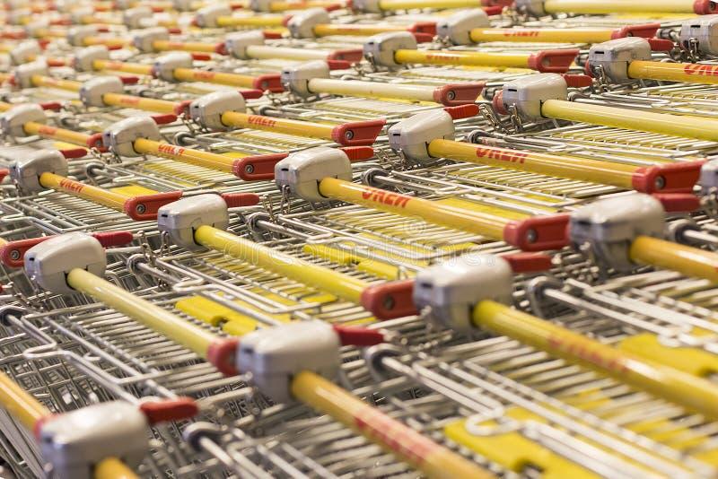 Mall, wenige Besucher, viele LKWs für Produkte, redaktionell lizenzfreie stockbilder