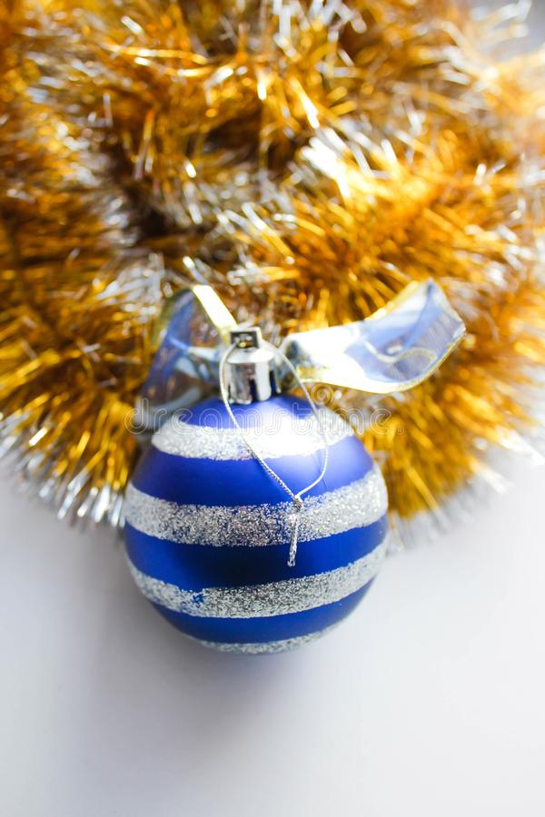 Malla de la Navidad con un juguete imagen de archivo