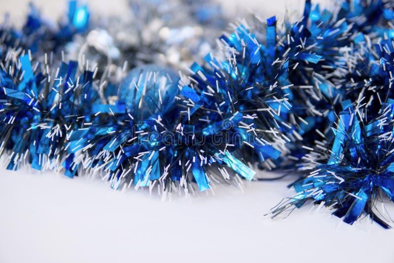 Malla y bola azules de la Navidad imágenes de archivo libres de regalías