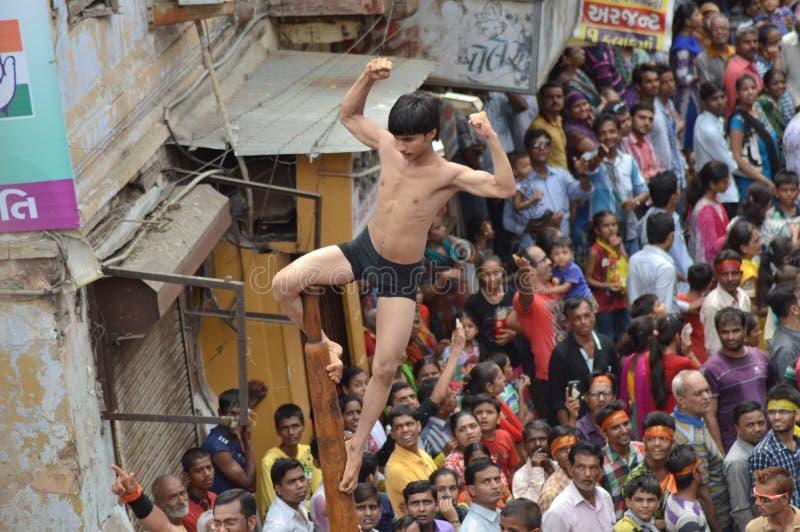 Mallakhamba (Indiańskie gimnastyki) występ na ulicie zdjęcie stock