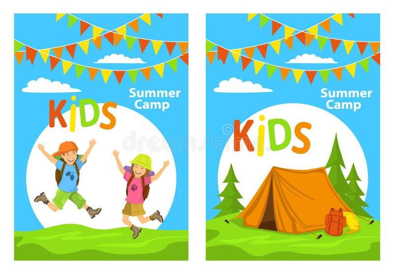 Mallar för Idslägeraffisch med barn som hoppar för glädje och campingplats med tältet, skogryggsäckar stock illustrationer