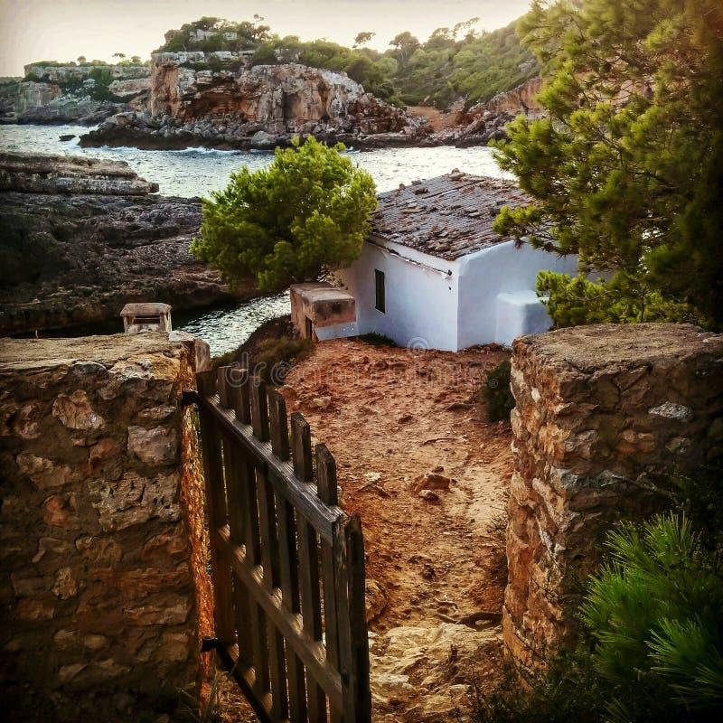 Mallorca poza drzwi obraz stock
