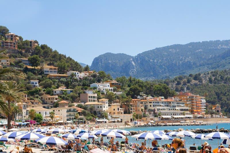 Mallorca, SPAGNA - GIUGNO 2016 turisti che prendono il sole sulla spiaggia ammucchiata giugno 2016 su Mallorca, Spagna fotografie stock libere da diritti