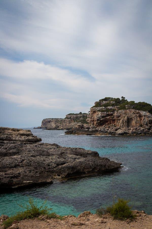 Mallorca, Spanje; 17 maart, 2018: meningen van paradisiacal inhammen van royalty-vrije stock foto