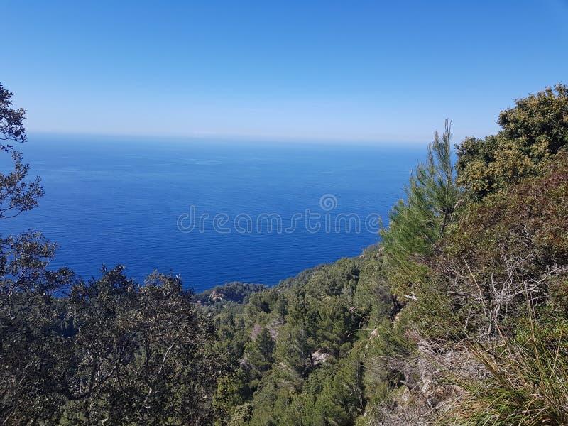 Mallorca tem vistas bonitas em cada volta e eu amo explorar e apreciar esta beleza imagens de stock royalty free