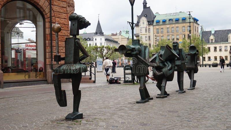 MALMO, ZWEDEN - MEI 31, 2017: Optimistorkestern, het Optimistenorkest is beeldhouwwerken in brons bij Sodergatan-langs gecreeerde stock foto's