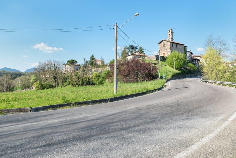 Malnate, province de Varèse, Italie, rue à l'entrée de la ville images stock
