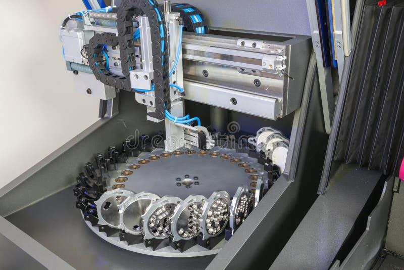 Malning eller borrande bearbetar med maskin i ett tand- laboratorium arkivbild