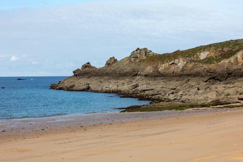 Красивый песчаный пляж на изумрудном побережье между Святым Malo и Cancale brittani стоковые фотографии rf