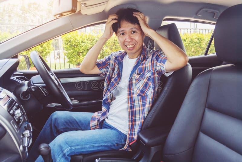 Malo de la sensación del hombre después de un accidente del choque de coche imagen de archivo