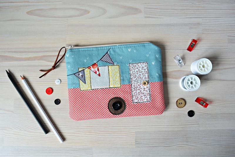 Malote, botões, linha, lápis e grampos de acampamento do zíper fotografia de stock royalty free